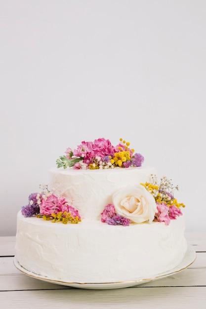 Torta nuziale con fiori Foto Gratuite
