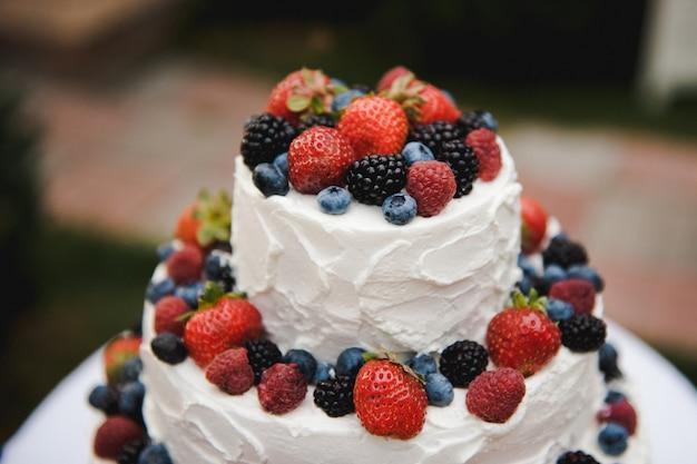 Torta nuziale con frutti di bosco torta rustica di nozze con frutta Foto Premium