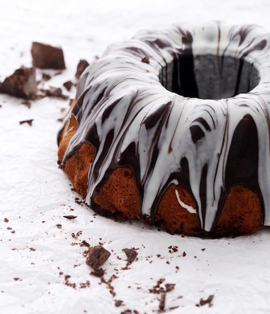 Torta squisita con cioccolato su bianco Foto Gratuite