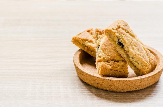 Torte croccanti di strudel di mele su legno Foto Premium