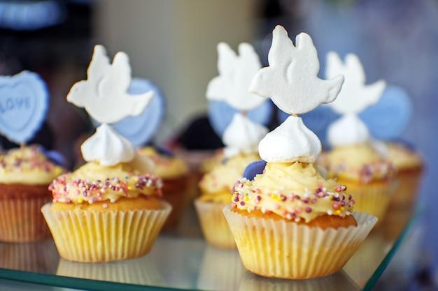 Torte deliziose birdie. il concetto di cibo, festa e matrimonio. Foto Premium