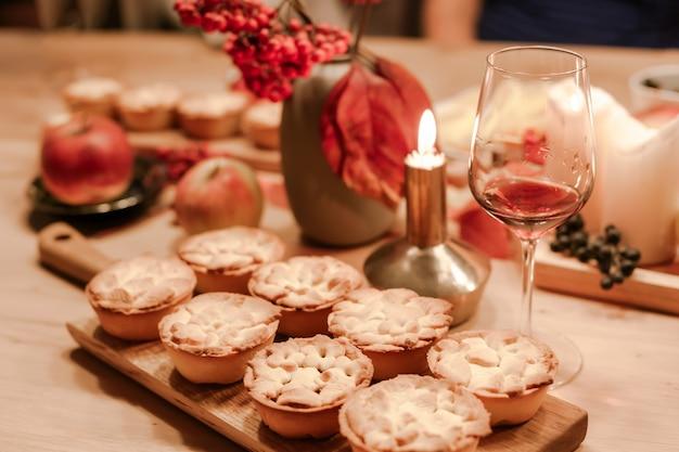 Torte di mele fatte in casa tradizionali del ringraziamento autunno Foto Premium