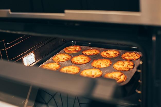 Torte di zucca fatte in casa del ringraziamento in forno caldo Foto Premium