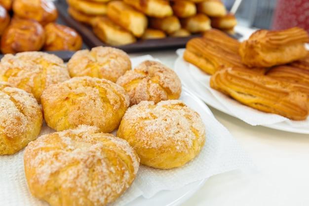 Torte russe tradizionali sul piatto Foto Premium
