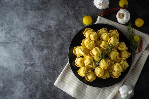 Tortelloni pasta tradizionale italiana con carne o verdure Foto Premium