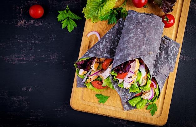 Tortilla con impacchi di seppia di inchiostro aggiunto con pollo e verdure Foto Premium