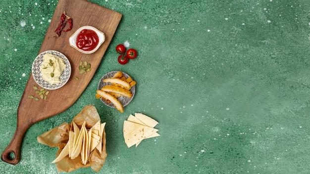 Tortilla fresca con salse e pollo fritto Foto Gratuite