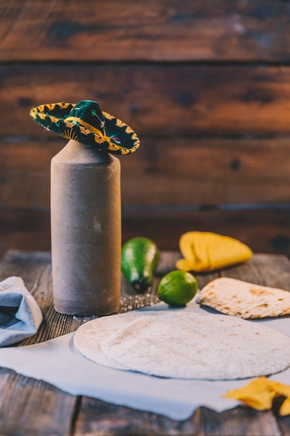 Tortilla messicana del grano delizioso sopra la carta del burro sullo scrittorio di legno Foto Gratuite