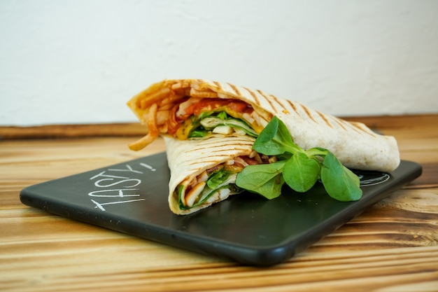Tortilla su un tavolo del ristorante Foto Premium