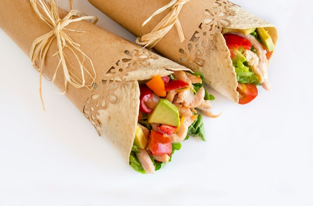 Tortillas con verdure e carne di pollo. Foto Premium