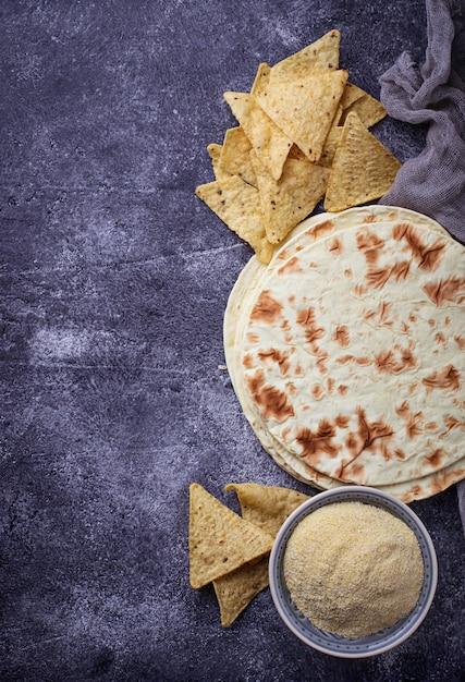 Tortillas messicane, chips di nachos e farina di mais. messa a fuoco selettiva Foto Premium