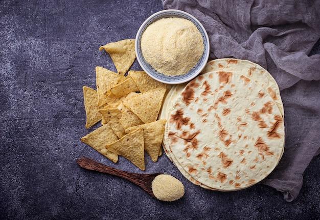 Tortillas messicane, chips di nachos e farina di mais Foto Premium