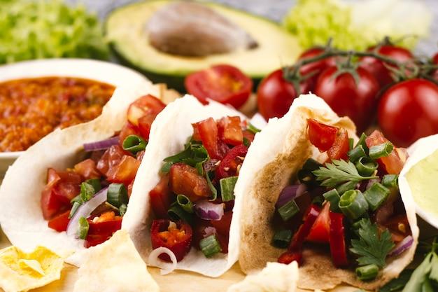 Tortillas vista frontale su sfondo sfocato Foto Gratuite