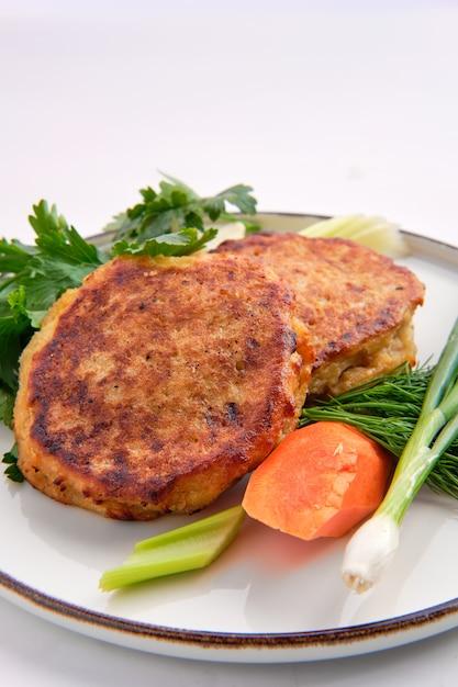 Tortini fritti della carne tritata e della patata isolati su bianco Foto Premium