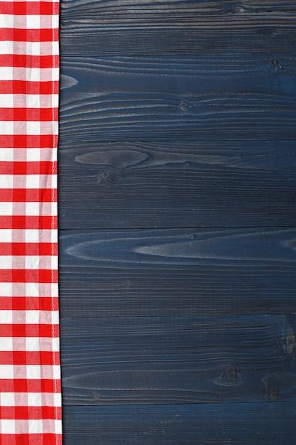 Tovaglia a quadretti sul fondo della tavola in legno Foto Premium