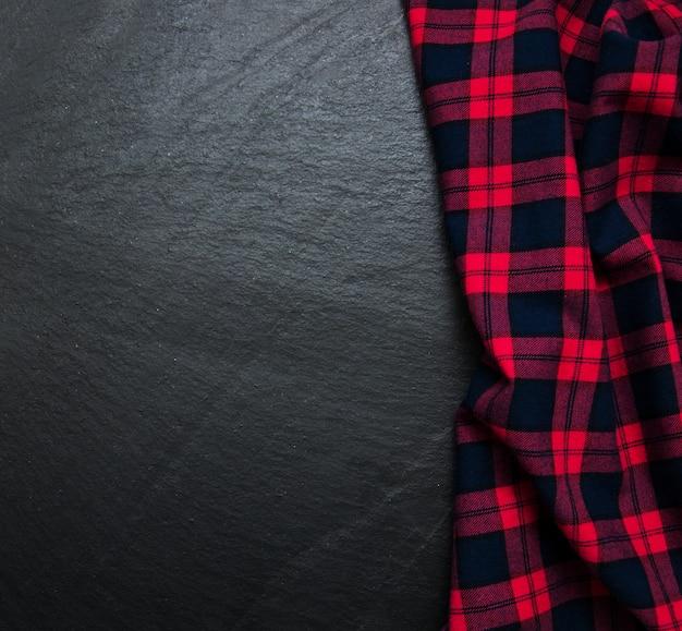 Tovagliolo a quadretti su sfondo nero Foto Premium