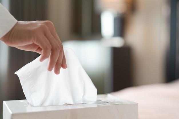 Tovagliolo di raccolta delle donne / carta velina dalla scatola del tessuto Foto Premium