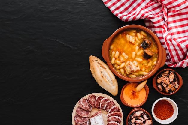 Tovagliolo vicino zuppa e ingredienti Foto Gratuite