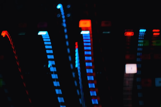 Tracce colorate di effetti sulla lunga esposizione di apparecchiature musicali pulsanti luminosi Foto Premium