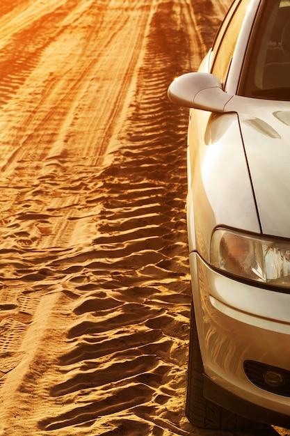 Traccia di ruote e auto su una strada Foto Gratuite