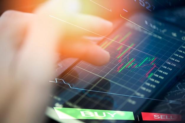 Trading grafico azionario o forex online con applicazione su smartphone Foto Premium