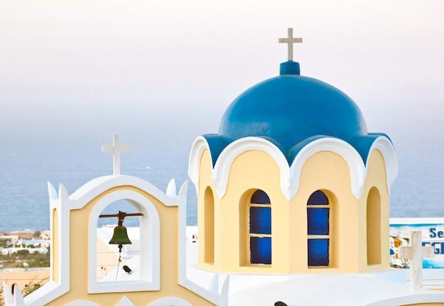 Tradizionale cupola blu a santorini Foto Premium