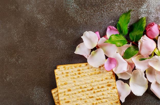Tradizionale festa ebraica di pasqua ebraica con pane azzimo matzo Foto Premium