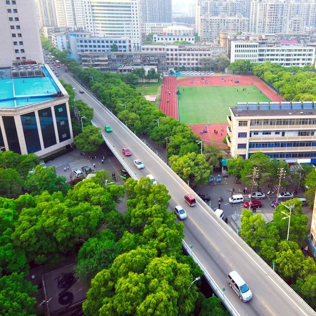 Traffico: attraversando strade alte Foto Premium