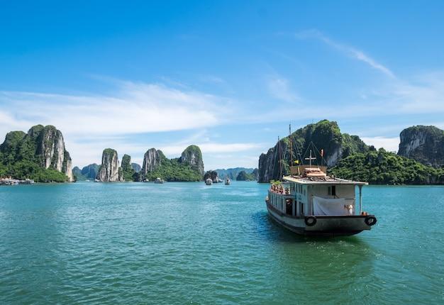 Traghetto turistico nella baia di halong, il sito del patrimonio mondiale dell'unesco in vietnem. Foto Premium