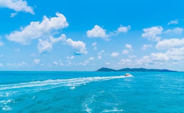 Trail sulla superficie dell'acqua di mare dietro barca Foto Gratuite
