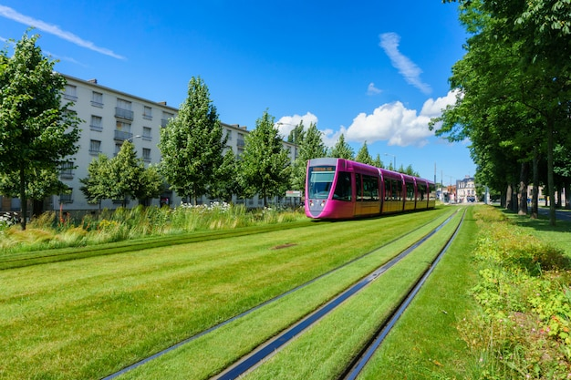 Tram per le strade di reims, in francia Foto Premium