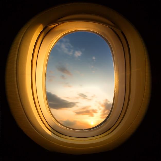 Tramonto dalla finestra dell'aeroplano, piazza ritagliata Foto Premium