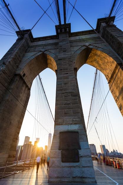 Tramonto del ponte di brooklyn con l'orizzonte stati uniti di manhattan Foto Premium