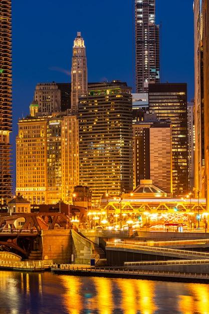 Tramonto di notte del centro di chicago Foto Premium