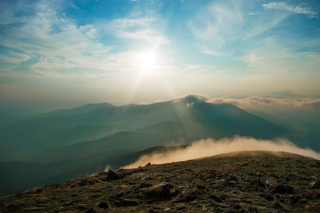 Tramonto in montagna, splendidi paesaggi ucraini Foto Premium