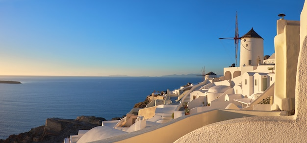 Tramonto nel villaggio di oia sull'isola di santorini, in grecia Foto Premium