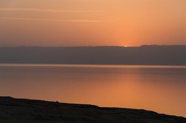 Tramonto sul mar morto dal lato giordano. Foto Premium