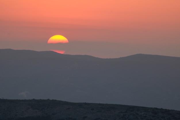 Tramonto sulla montagna, tramonto dietro la montagna. Foto Premium