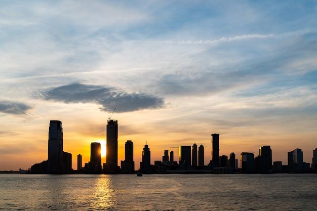 Tramonto sullo skyline di new jersey Foto Premium