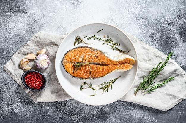 Trancio di salmone alla griglia. pesce atlantico. sfondo grigio. vista dall'alto Foto Premium