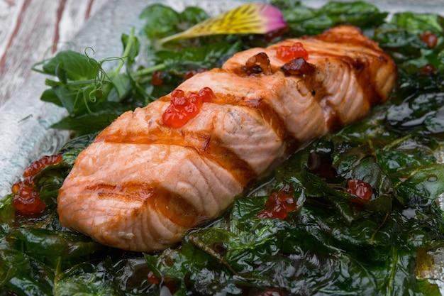 Trancio di salmone fritto con caviale rosso Foto Premium