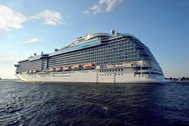 Transatlantico nel mar baltico Foto Premium