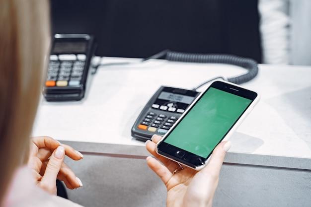 Transazione di pagamento con smartphone Foto Gratuite