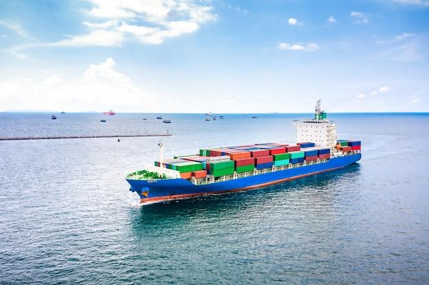 Transazioni commerciali di container aperti in mare aperto Foto Premium
