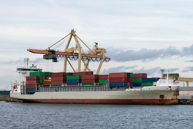 Trasbordo di container nel porto Foto Premium