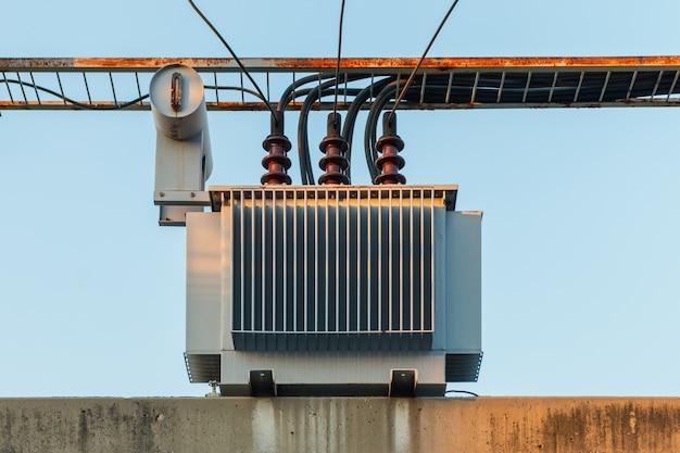 Trasformatore elettrico su palo e linee ad alta tensione Foto Premium