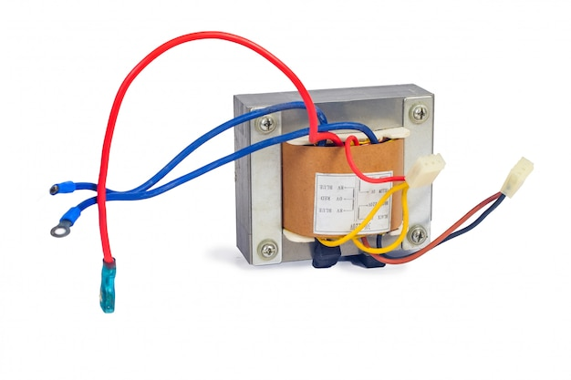 Trasformatori di potenza per l'alimentazione elettronica su bianco. Foto Premium