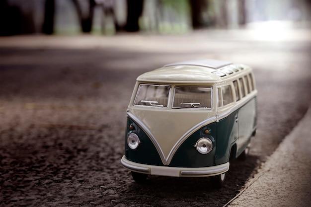 Trasporto del giocattolo del furgone del modello del primo piano sulla strada Foto Premium