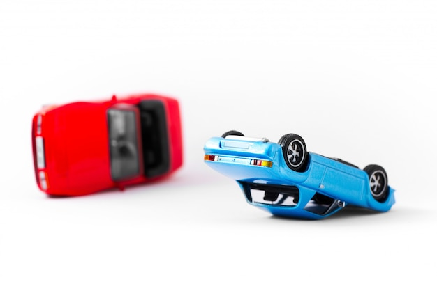 Trasporto di scena dell'incidente stradale e concetto di incidente isolati su bianco Foto Premium