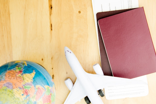 Trasporto di viaggio di concetto con l'aeroplano. Foto Premium